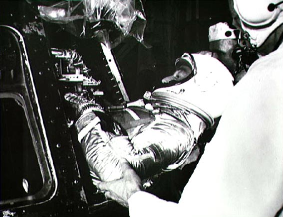 Astronautas M. Scott Carpenter sodinamas į erdvėlaivį Aurora 7