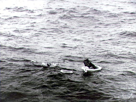 Narai padeda M. Scott Carpenter gelbėjimosi plauste, kol erdvėlaivis pakeliamas iš Atlanto vandenyno