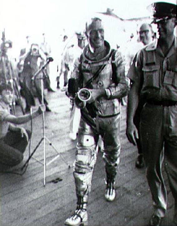 Astronautas M. Scott Carpenter po orbitinio skrydžio JAV lėktuvnešio Intrepid denyje
