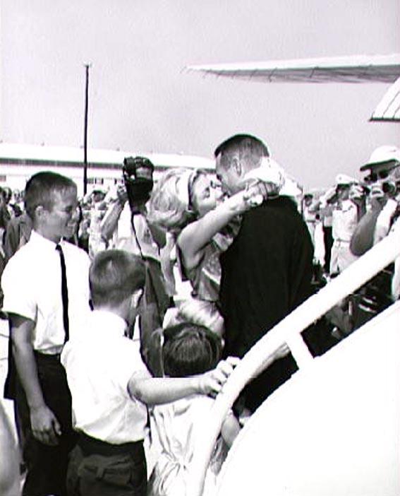 M. Scott Carptenter žmona ir vaikai pasitinka vyrą ir tėtį po sėkmingo skrydžio