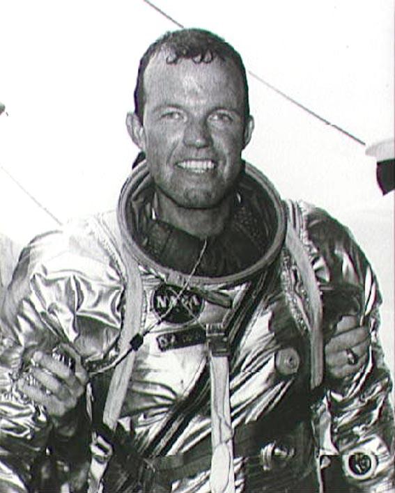 Gordon Cooper po skrydžio lėktuvnešio denyje