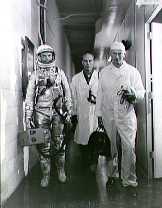Astronautą J. Glenn (iš kairės į dešinę) į Mercury-Atlas 6 (MA-6) misiją lydi skrydžio gydytojas chirurgas