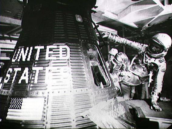 J. Glenn lipa į erdvėlaivį Friendship 7