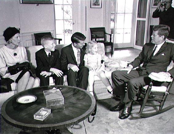JAV prezidentas John F. Kennedy (dešinėje) bendrauja su astronauto šeima