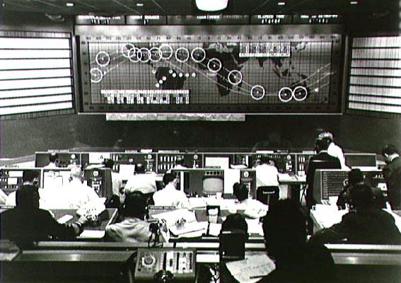Skrydžio MA-6 kontrolės darbuotojai stebi ekrano apačioje dešinėje erdvėlaivį Friendship 7 prie Australijos rytinių krantų