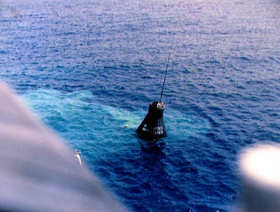 erdvėlaivis keliamas iš vandens
