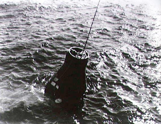 Erdvėlaivis Friendship 7 su John H. Glenn pakeliamas iš Atlanto vandenyno bangų
