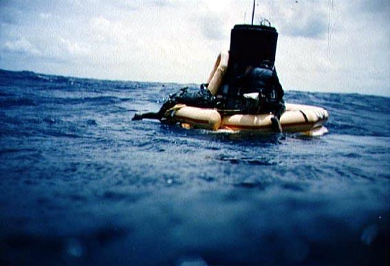 MA-9 nusileido į Ramiojo vandenyno vidurį ir JAV lėktuvnešio Kearnage narai prikabino gelbėjimo plaustą