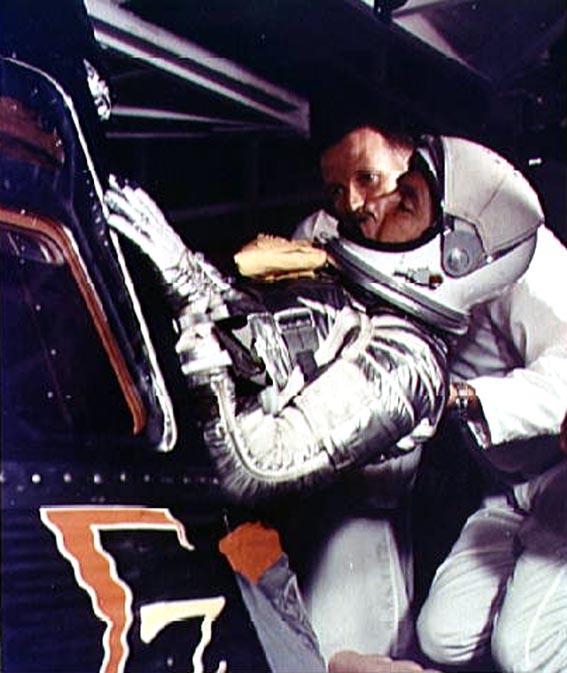Šalia astronauto W. Schirra jo dubleris pilotas L. Gordon Cooper