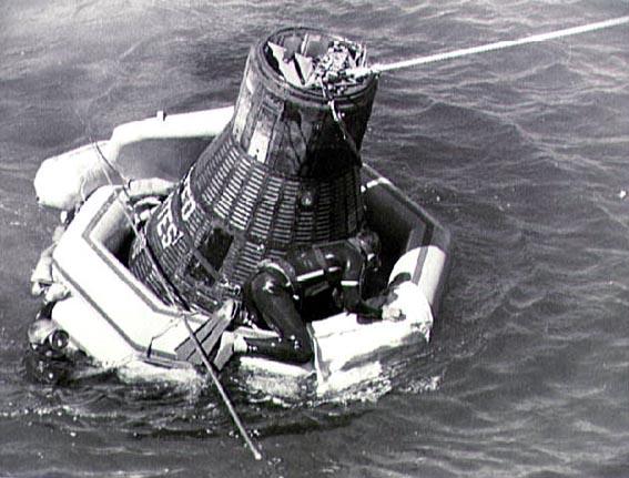 Sigma 7 iš vandenyne ruošiasi iškelti JAV lėktuvnešio Kearsarge narai