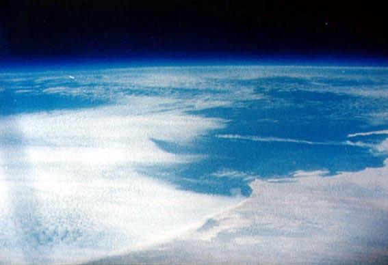 Žemė ir debesys iš MA-7. Fotografuota kamerą laikant ranka