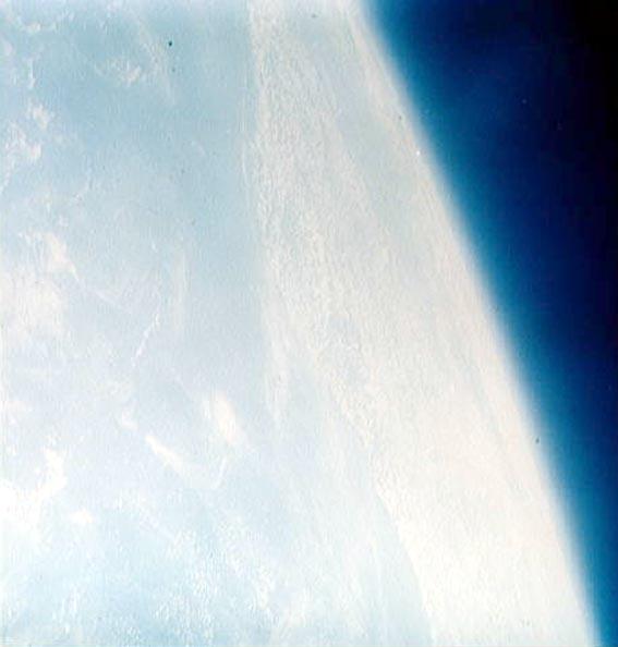 Žemė iš MA-8. Nuotrauka daryta ranka laikoma kamera